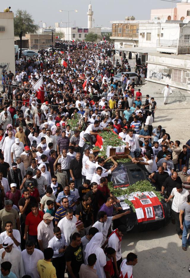 Manifestantes  participan en el funeral de un activista.
