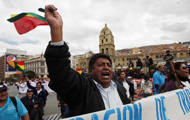 Sindicatos de maestros y médicos bolivianos salieron a protestar exigiendo al Gobierno mejoras laborales y salariales.