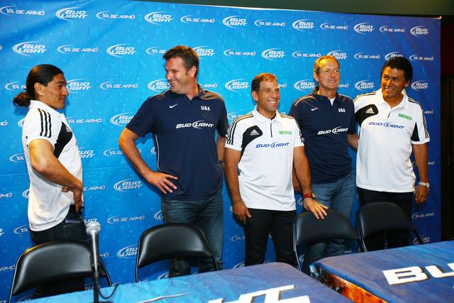 Francisco Palencia bromea con Curt Onalfo, Alberto García Aspe, Tomas Dooley y Claudio Suárez, durante la conferencia que ofrecieron ayer en el Home Depot Center.