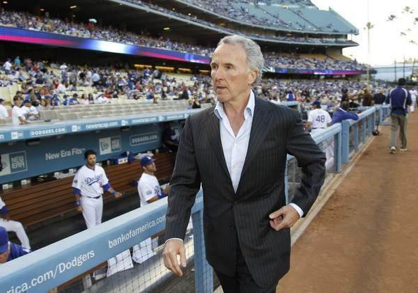 Frank McCourt se apartará de los Dodgers tras siete años.