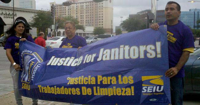 Trabajadores de limpieza se manifestaron en Houston en demanda de mejores condiciones de trabajo.