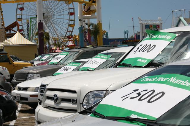 Los autos estacionados en el muelle tenían carteles con el número de intervalo de millas para cambio de aceite.