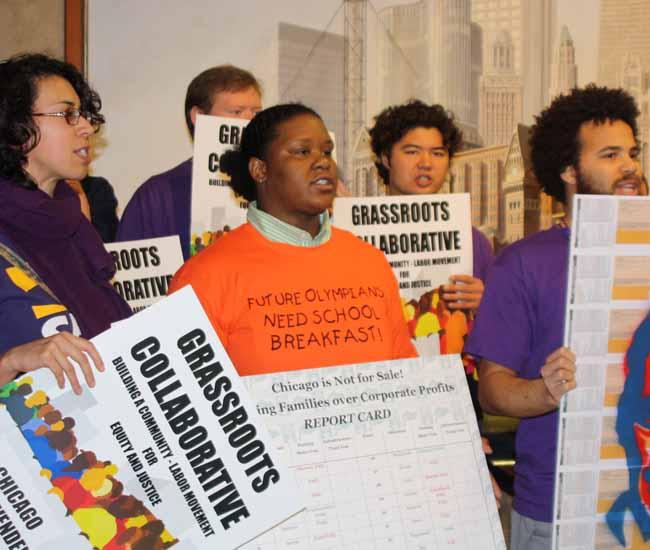 Activistas de la coalición Grassroots Collaborative esta mañana en City Hall, en Chicago.