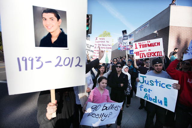 Una foto de Abdul Arian, de 19 años, era enarbolada ayer por uno de los participantes en la protesta en contra de LAPD frente a la estación de Devonshire.