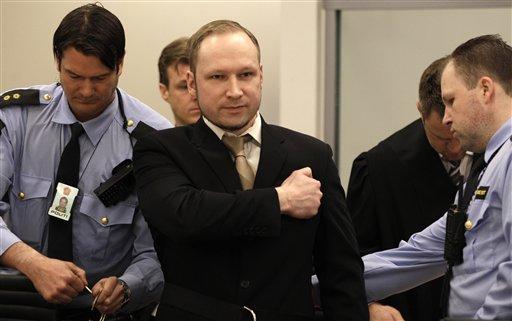 Anders Behring Breivik saluda a su llegada a la Corte en Oslo.