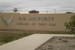 Albergan a niños inmigrantes en base aérea