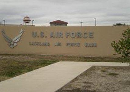 La Patrulla fronteriza envió a niños inmigrantes a la base aérea de Lackland.