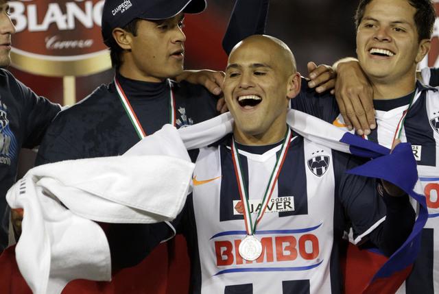 Humberto Suazo (centro), ya descansado, será un peligro hoy para la zaga lagunera, que aspira a llevarse un empate de Monterrey.