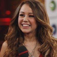 Miley Cyrus se pica un dedo cocinando