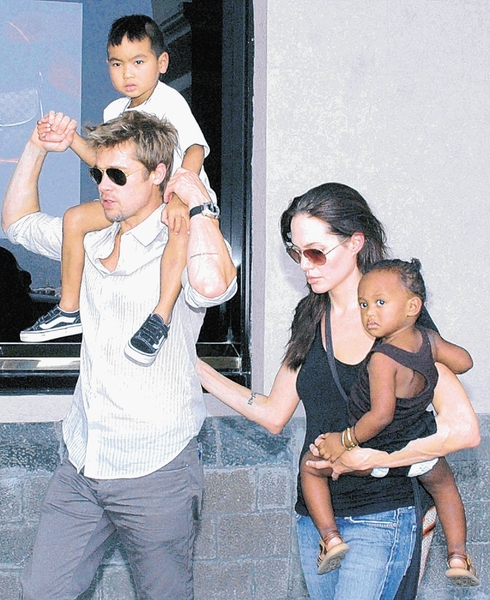Los actores Brad Pitt y Angelina Jolie con dos de sus hijos.