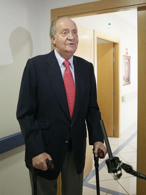 El rey Juan Carlos, a su salida  de la habitación del Hospital USP San José de Madrid.