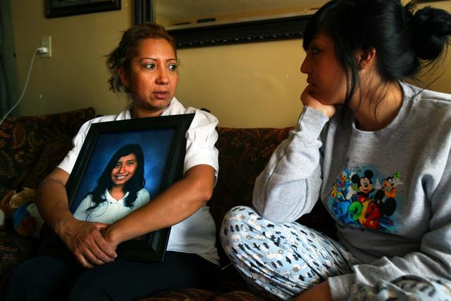 Cecilia Villanueva, madre de Joanna  con la foto en su regazo, dialoga con su hija mayor sobre el caso. La progenitora esperaba algún tipo de ayuda supervisada para la menor que peleó con Joanna.