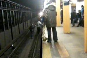 """Video muestra """"juego mortal"""" de menores en el subway"""