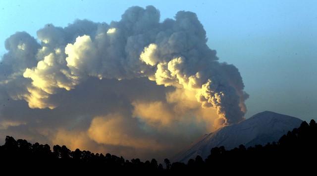 El volcán Popocatépetl presenta  una fumarola de vapor de agua, cenizas y fragmentos encendidos según  el CNP.