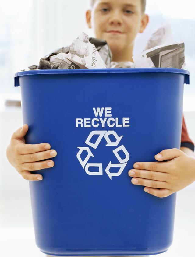 Eduque, informe e involucre a todos los miembros de su familia en el proceso de reciclaje de papeles, metal, botellas vacías y demás materiales.