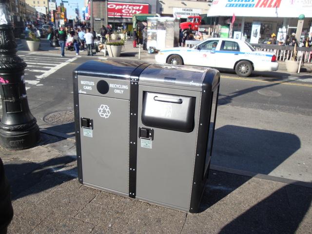 Contenedores Big Belly en la esquina de la calle 149 con la Tercera Avenida de El Bronx.