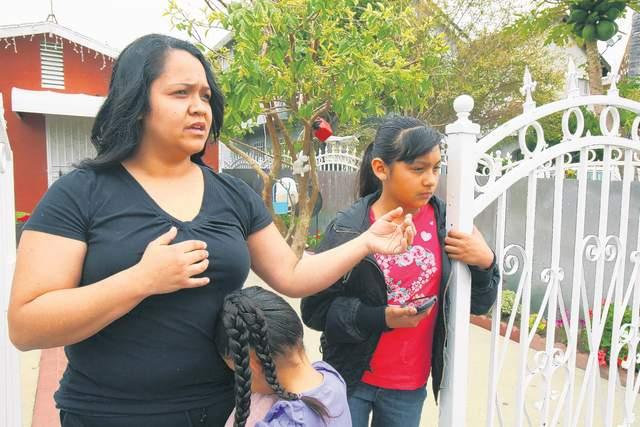 Araceli Bernabé, que atestiguó el accidente, contó cómo el vehículo no se detuvo y arrolló a José Arriola, quien murió en el hospital, y a su hija Anjélica, que ayer continuaba en coma.