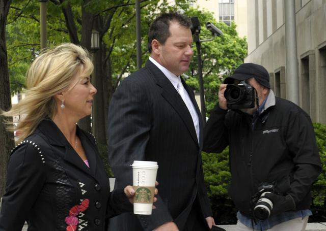 Clemens entra a la corte acompañado de su esposa Debra Lynn.