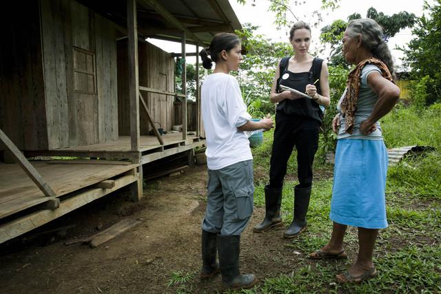 Angelina Jolie, el domingo, con una residente del pueblo de Barranca Bermeja.