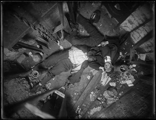 Los cuerpos del operador Robert Green y del ingeniero Jacob Jagendorf, en el cubo de un elevador en NYC.