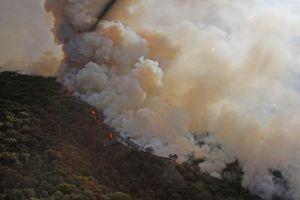 Les llega  humo del fuego voraz