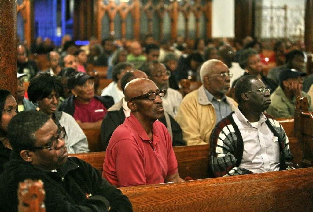 La congregación se queja que los turistas interrumpen los sermones.