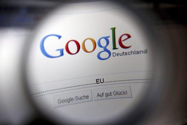 Fotografía de la página principal de Google ampliada con una lupa.
