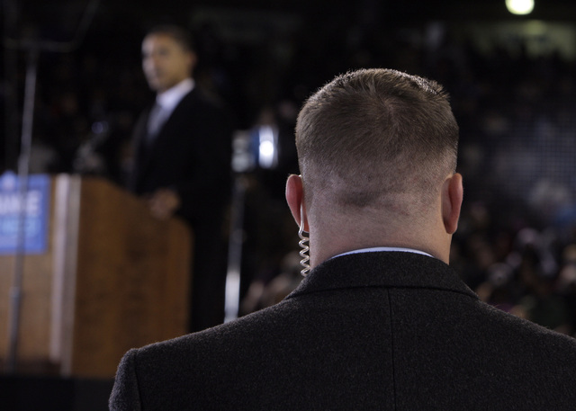 Un agente del servicio secreto vela por la seguridad del presidente  Obama.