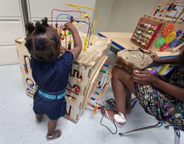 Una niña juega con su mamá en el renovado Violence Intervention Program, del Centro Médico de Los Ángeles.