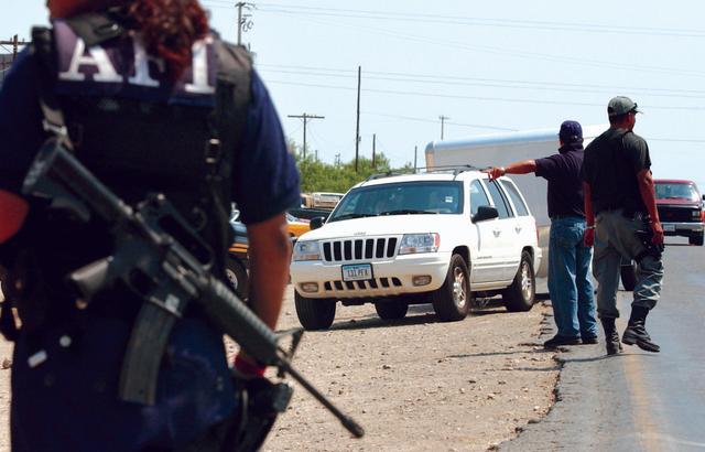 En el operativo realizado en  Semana Santa del Programa Paisano, 20 mexicanos procedentes de Estados Unidos fueron estafados con documentos falsos para la internación de sus coches a México.