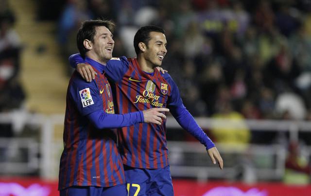 Después de perder Liga y Champions, Lionel Messi (izq.) y Pedro se consolaron marcando sendos dobletes ayer ante el Rayo Vallecano.