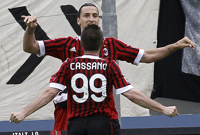 Antonio Cassano (99), que regresó después de una delicada cirugía,  corre a festejar  su anotación con Zlatan Ibrahimovic, autor de dos goles.