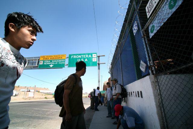 Inmigrantes indocumentados reciben una comida caliente y atención médica después de ser deportados a Nogales, México.