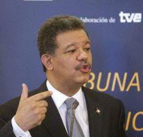 Le lanzan botella al presidente Leonel Fernández
