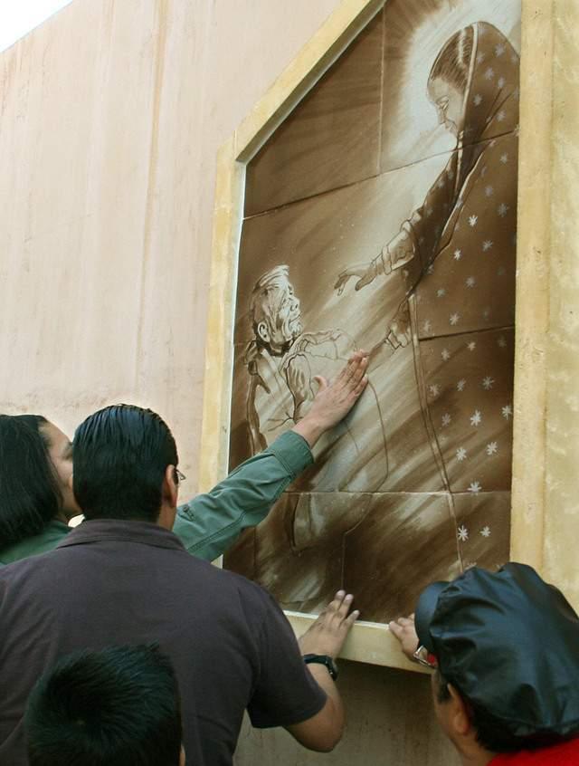 Mural del artista Lalo García donde se muestra la aparición de la Virgen de Guadalupe al indio Juan Diego.
