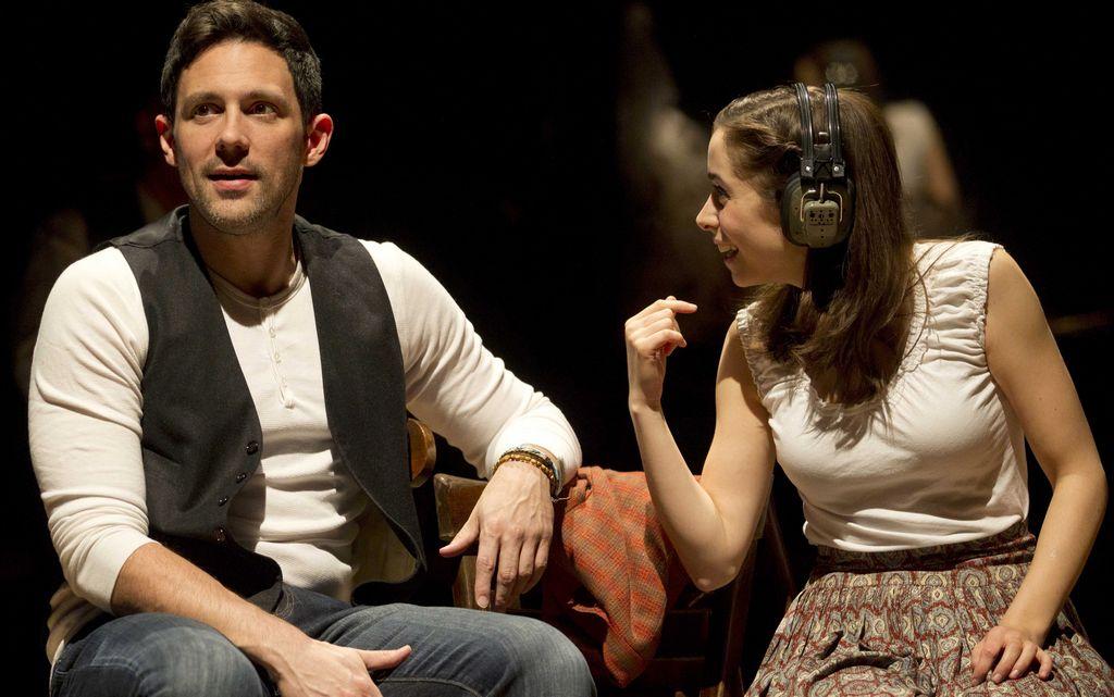 """El musical """"Once"""" es  la historia de amor de una vendedora de flores checa y un músico irlandés en Dublín."""