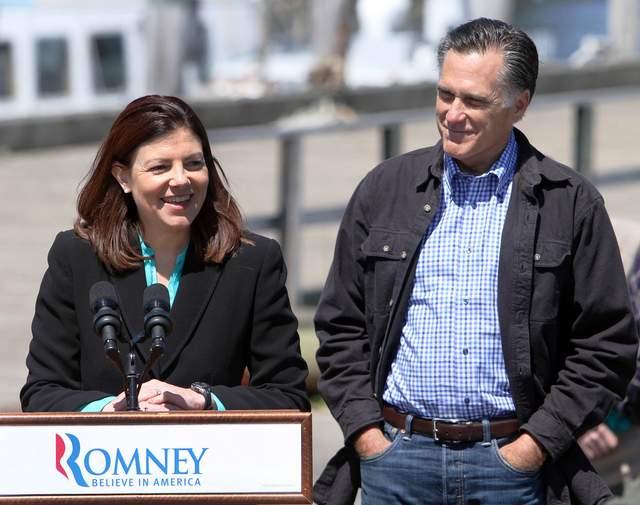 El candidato presidencial republicano Mitt Romney, cuando es presentado por la senadora Kelly Ayotte, en New Hampshire; lo que da a pensar de que podía ser su candidata a la vicepresidencia.