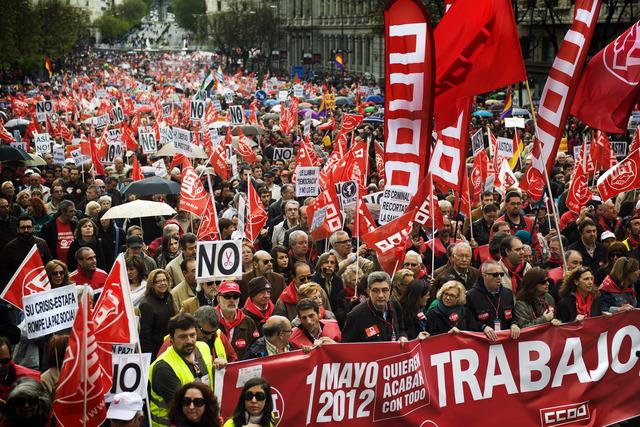 Decenas de miles de españoles inundaron las calles de   ciudades de España para protestar contra el alto índice de desempleo.