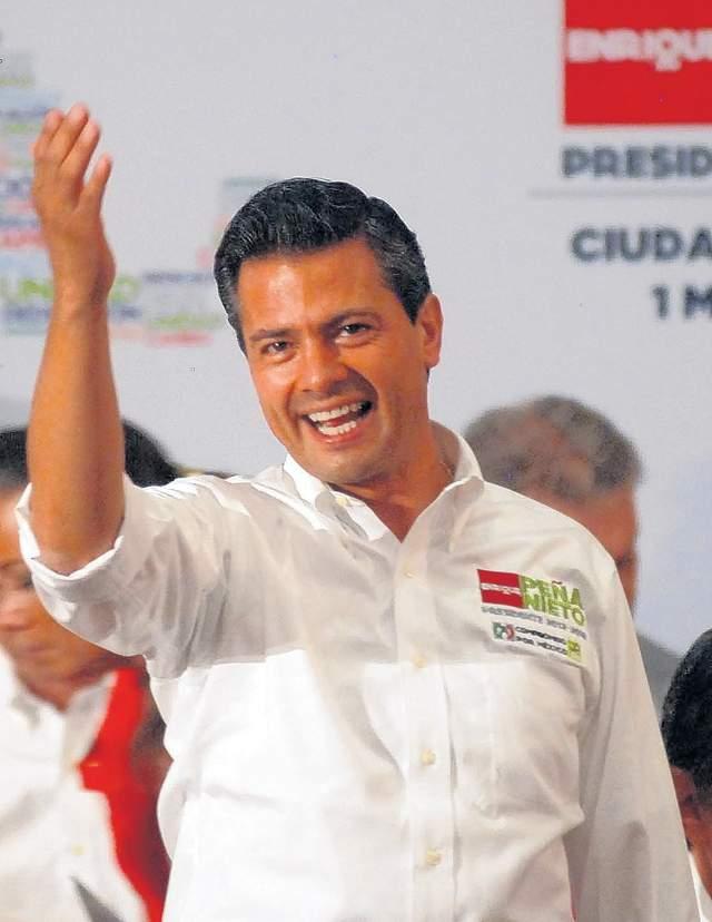 Enrique Peña Nieto saludaba ayer a  miembros  de la Confederación de Trabajadores de México en una celebración del Día del Trabajo.