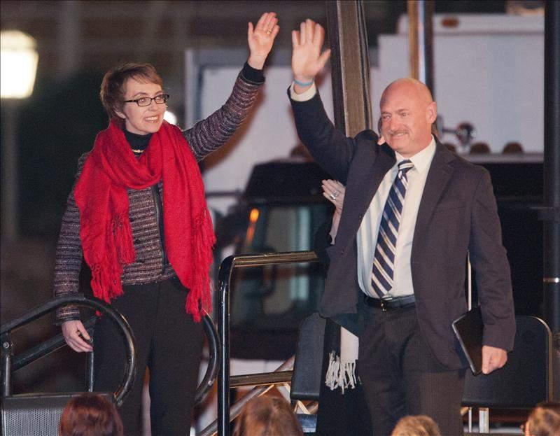 La congresista Gabrielle Giffords en compañía de su esposo, el astronáuta Mark Kelly.