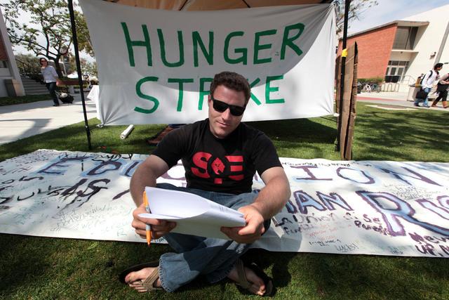 Donnie Besson es uno de los 13 estudiantes de  Long Beach Cal State que ayunan en protesta por la situación en universidades.