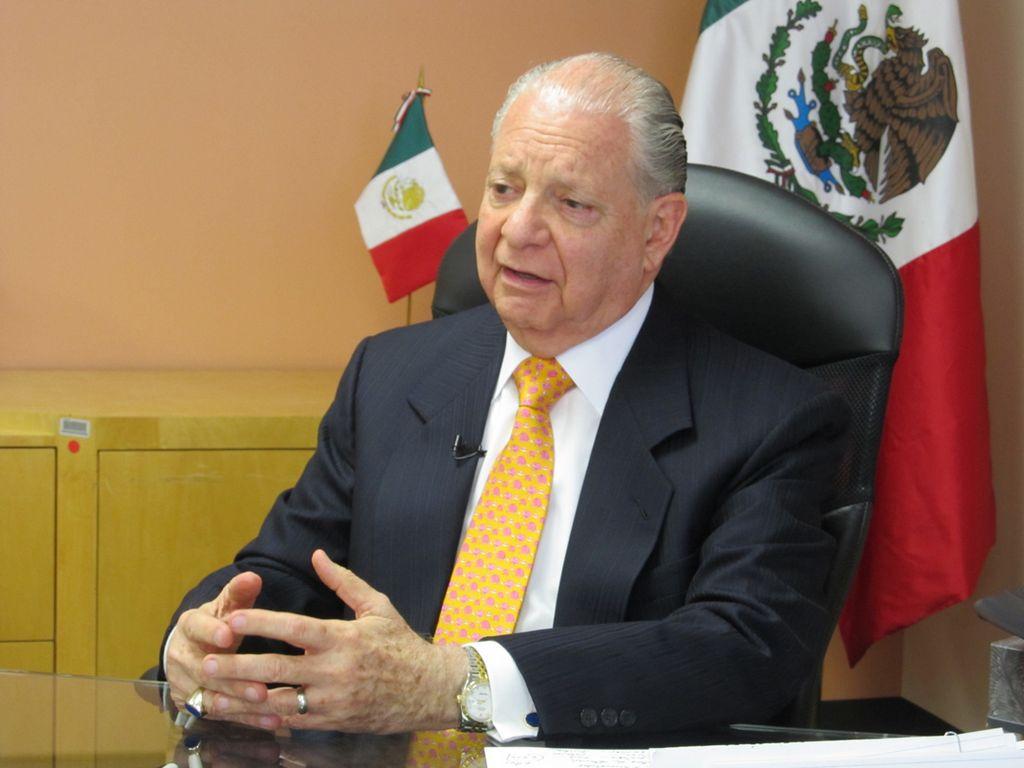 El cónsul general de México en Houston, Luis Malpica y de Lamadrid, durante la entrevista con RUMBO en las instalaciones del Consulado.