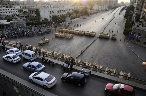 Imagen de la entrada al ministerio de defensa de Egipto, cuyo acceso principal está bloqueado por efectivos del Ejército.
