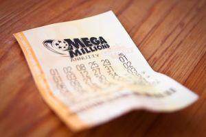Madre demanda a su hijo por boleto de lotería