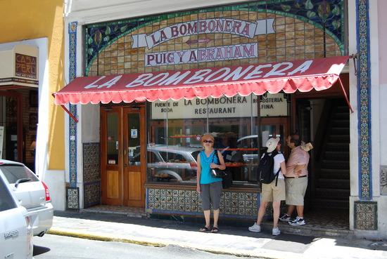 """La centenaria cafetería del Viejo San Juan """"La Bombonera""""."""