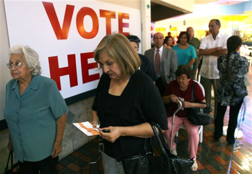 Un grupo de personas en Texas esperan en fila para emitir su voto.