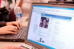 Incrementan identidades falsas en Facebook