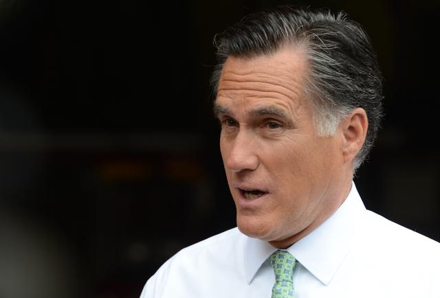 El candidato republicano, Mitt Romney, cuando decía que él quería retener a su portavoz gay, quien renunció a continuar en la campaña.