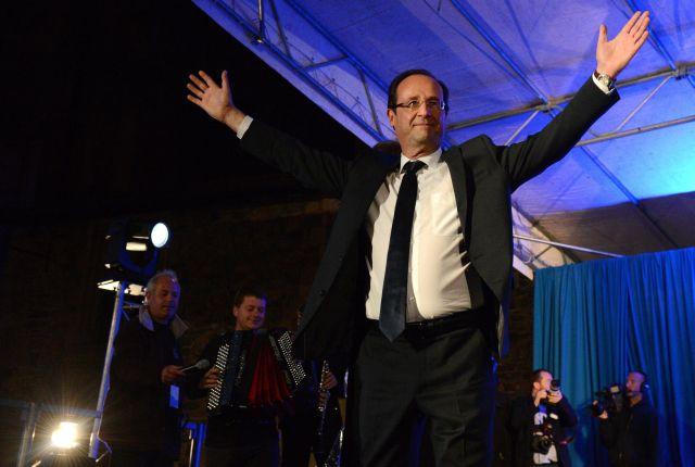 Francois Hollande saluda a sus seguidores.