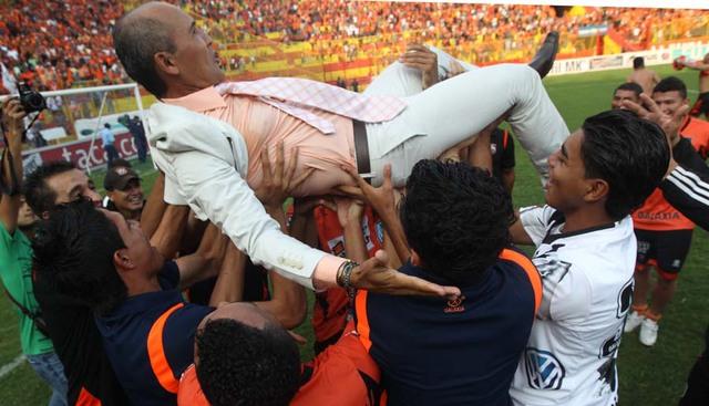 El técnico del Águila, Víctor Coreas, está a punto de ser  lanzado al aire  por sus jugadores en el festejo por la conquista.